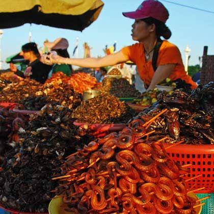 Schlange am Spieß: Auch kulinarisch bietet Kambodscha Ungewohntes