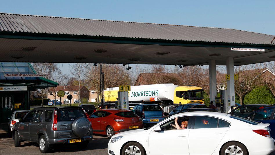 Schlange stehen an der Tankstelle: Diese Erfahrung machen die Briten derzeit