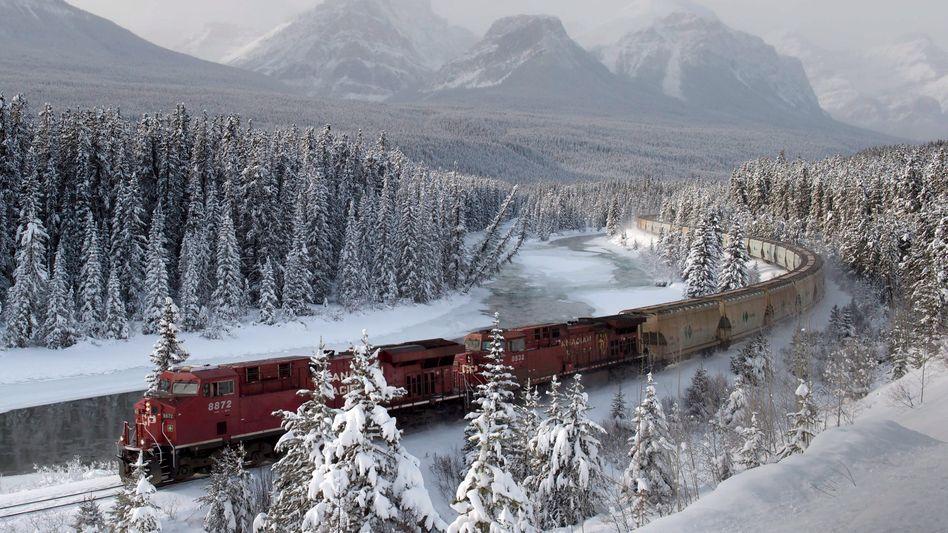 Kontinentalmacht: Güterzug der Canadian Pacific in den Rocky Mountains der kanadischen Provinz Alberta