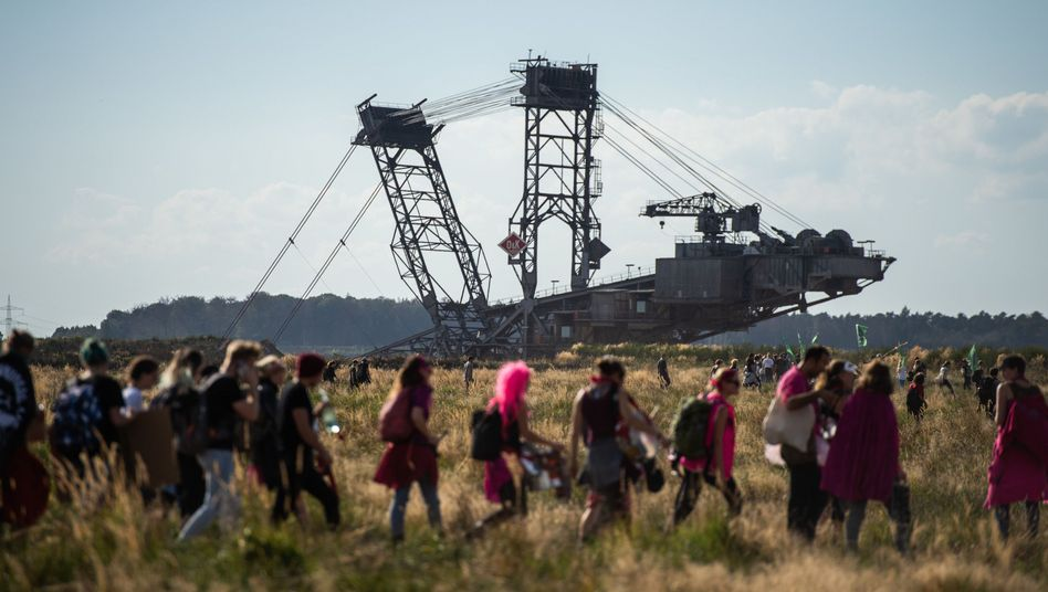 Demo vor Braunkohle-Bagger im Hambacher Forst: RWE kann mit 2 Milliarden Euro Entschädigung für den Kohleausstieg rechnen