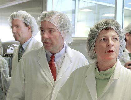Scheue Unternehmer: Andreas (l.) und Thomas Strüngmann - hier Anfang Januar 2002zusammen mitBundesministerin Ulla Schmidt in ihrer Fabrik in Magdeburg -pflegen die öffentliche Zurückhaltung