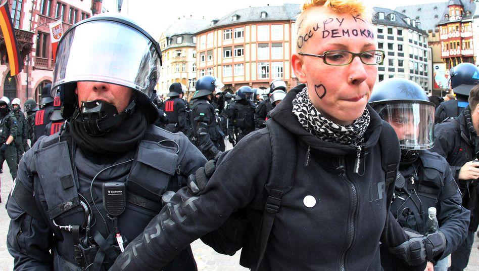 Proteste in Frankfurt: Beamten führen eine Demonstrantin ab