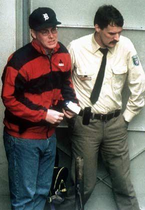 Früher Banker, heute Fußballmanager: Leeson (l.) bei seiner Verhaftung 1995 in Frankfurt