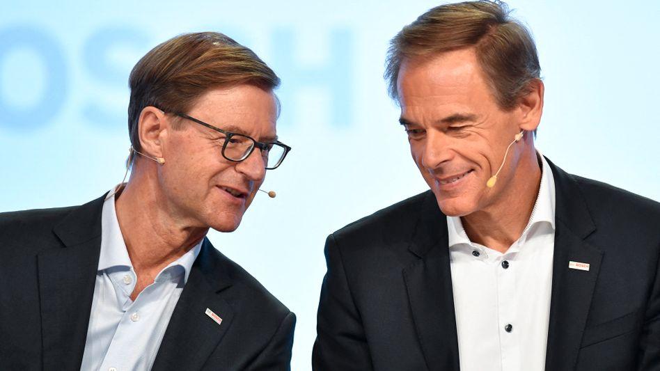 Abschiedsrunde: Bosch-Chef Volkmar Denner (r.) verlässt voraussichtlich zum Jahresende seinen Posten. Auch sein Stellvertreter, Finanzchef Stefan Asenkerschbaumer (l.), steht vor dem Abgang