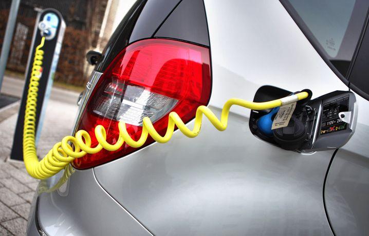 Elektroauto an einer Ladesäule: Nach wie vor werden in Deutschland nur wenige Elektroautos verkauft