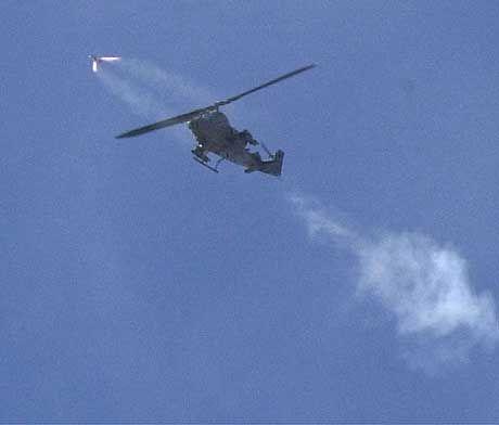 Der Helikopter schießt seinen Raketen Richtung Ramallah