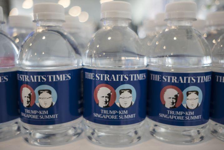 Souvenir für Journalisten im Pressezentrum: Wasserflaschen mit den Konterfeis von US-Präsident Trump und dem nordkoreanischen Machthaber Kim