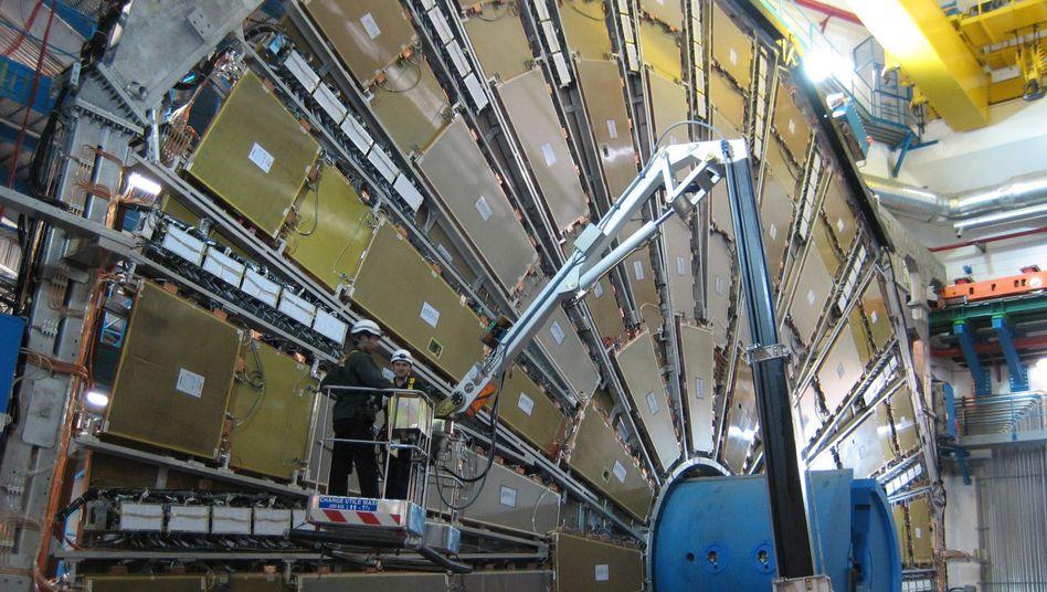 Zwei Ingenieure arbeiten am Europäischen Teilchenforschungszentrum CERN bei Genf: Der Fachkräftemangel droht sich zur Innovationsbremse auszuwachsen