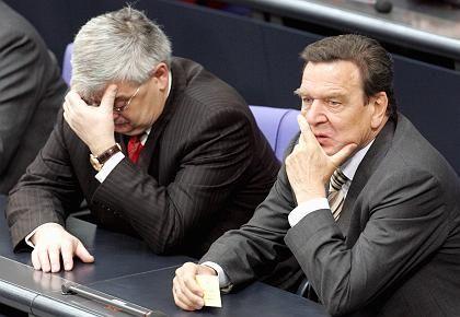 Rot-Grün in der Krise: Bundeskanzler Gerhard Schröder und sein Außenminister Joschka Fischer