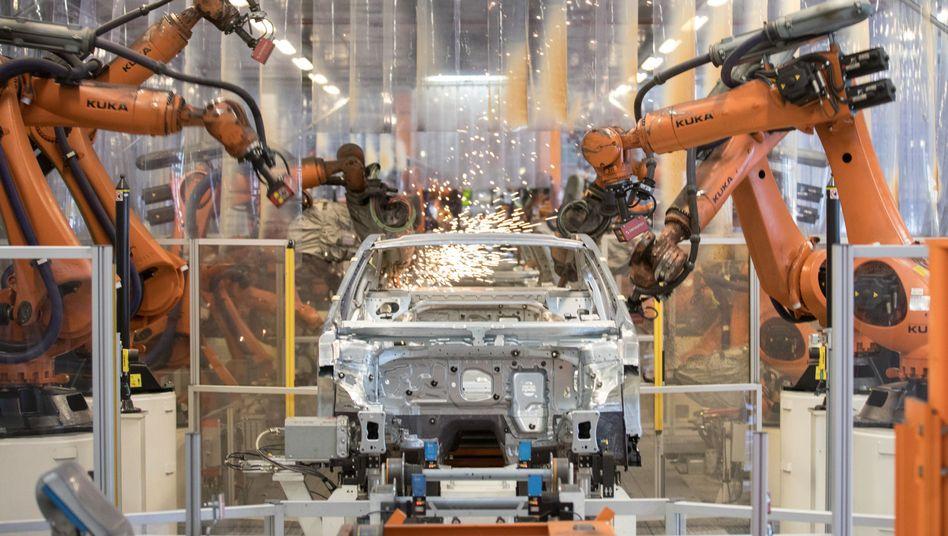 Volkswagen-Produktion in Emden: Im Werk Emden mussten 2016 fast alle Beschäftigten in Kurzarbeit gehen, weil zwei kleinere Zulieferer die Belieferung von VW eingestellt hatten