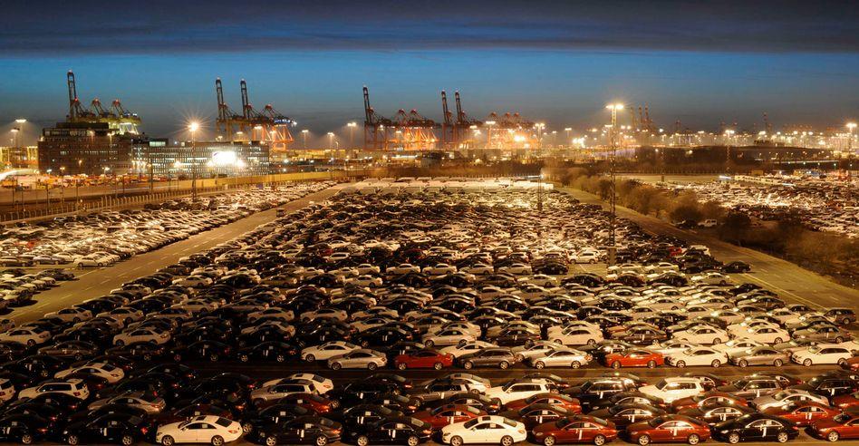 Mercedes-Modelle vor der Verladung in Bremerhaven: Der deutsche Handelsüberschuss könnte in diesem Jahr auf 200 Milliarden Euro steigen - Deutschland ist laut Ifo bereits der größte Kapitalexporteur der Welt
