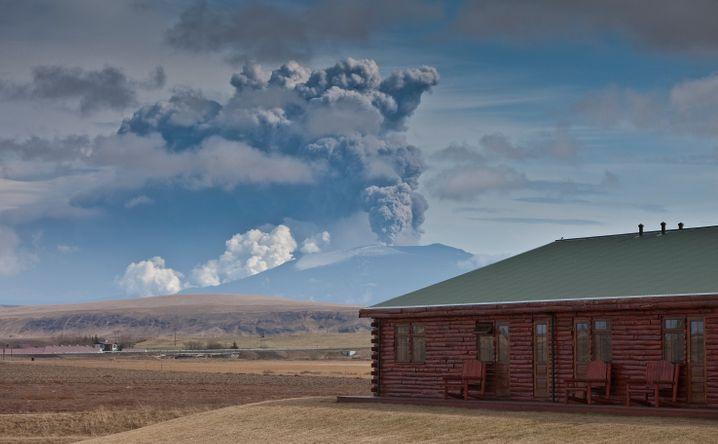 Der Eyjafjallajökull spuckt Rauch in die Atmosphäre - vor fünf Jahren legte der Vulkan den europäischen Flugverkehr lahm.