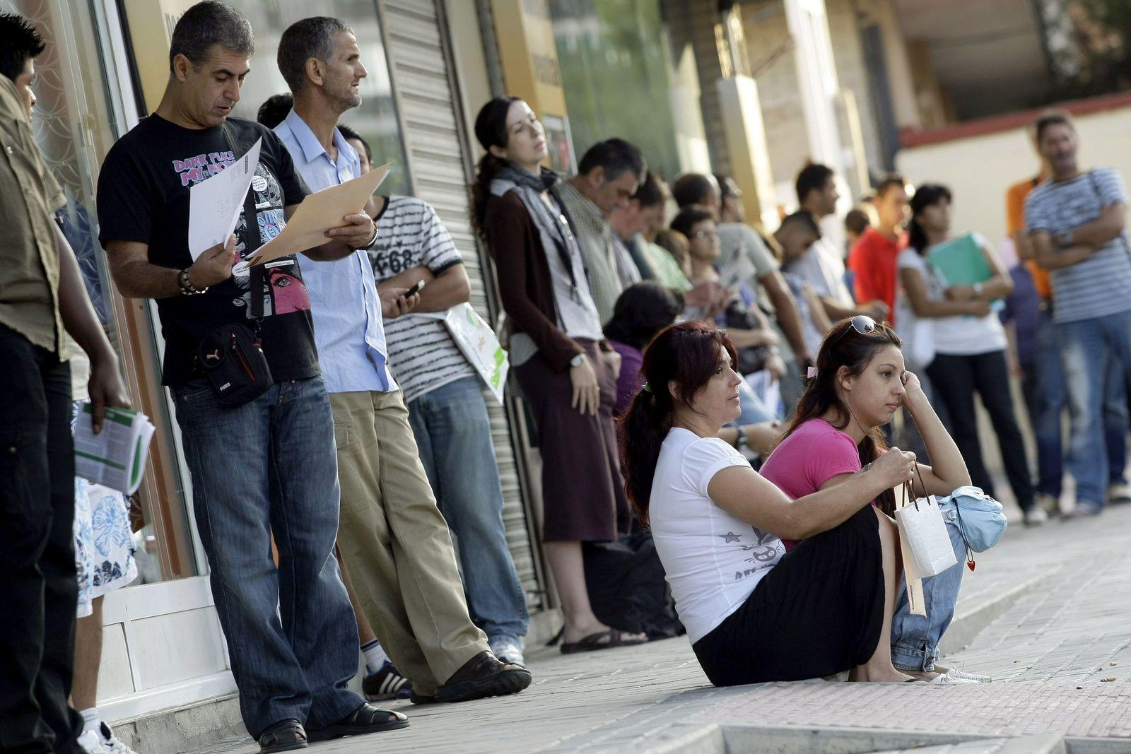 Spanien - wartende Leute vor dem Arbeitsamt