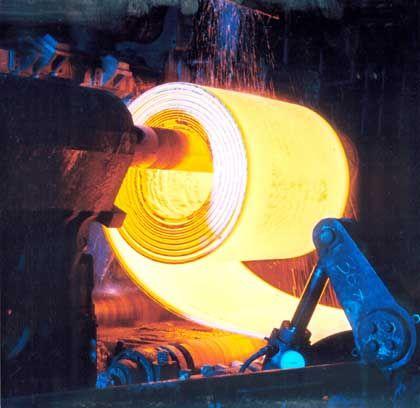ThyssenKrupp-Produktion: Das Archivbild zeigt, wie ein Stahlcoil aufgerollt wird