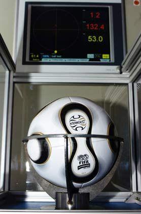 Malträtiert: Die zahlreichen Prüfungen hat der Ball erst bestanden, wenn das runde Leder auch im Präzisionstest Spitzenwerte liefert