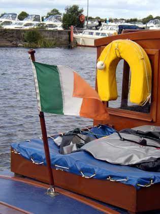 Die Hand am Steuer: Wer auf dem Shannon ein Hausboot steuern will, braucht keinen Führerschein
