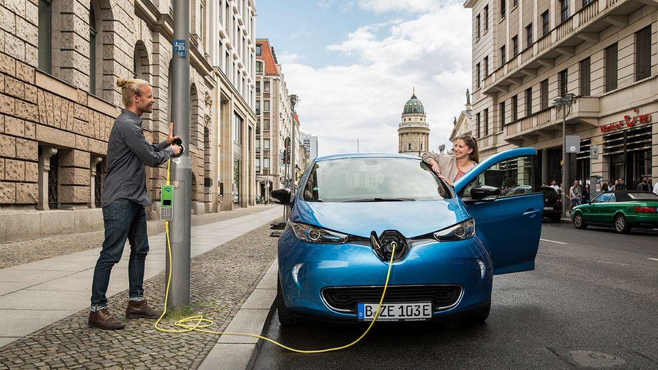 Ich geh an eine Laterne ...: Das Berliner Start-up Ubitricity hat sich auf Elektroautoladedosen an Straßenlaternen spezialisiert - und wird nun von Shell übernommen