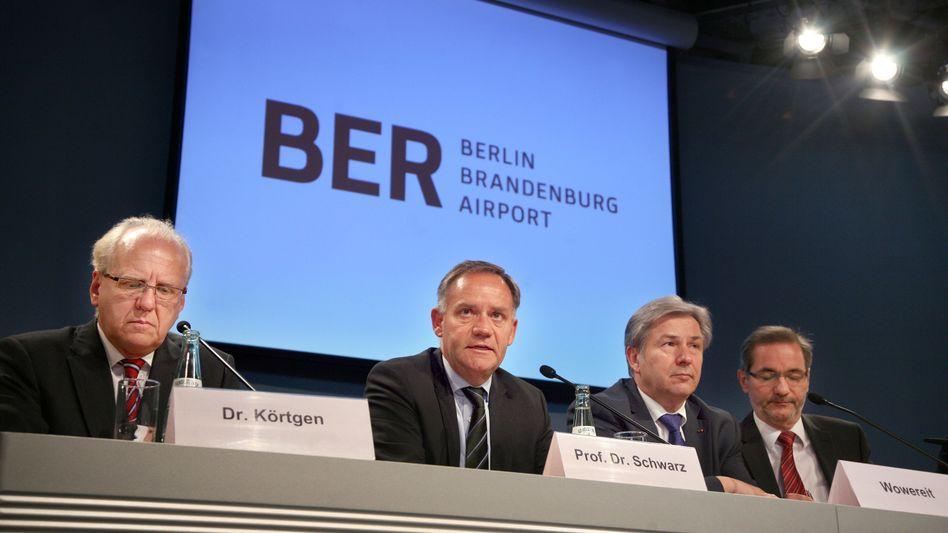 Missstimmung in der Flughafen-Führung: Berlins Bürgermeister Klaus Wowereit (2. v.r., SPD) und Brandenburgs Ministerpräsident Matthias Platzeck (1.v.r., SPD) sind unzufrieden mit der Arbeit von Geschäftsführer Rainer Schwarz (2.v.l., im Bild mit Chefplaner Manfred Körtgen (l.))