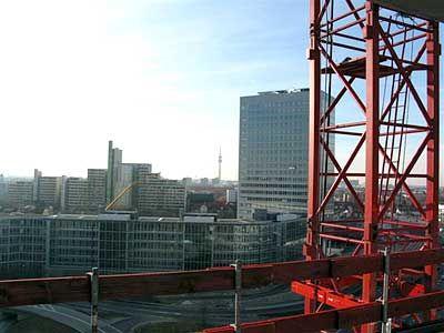 Blick vom Highlight Tower: Moderne Gebäudekomplexe, im Hintergrund der Olympiaturm