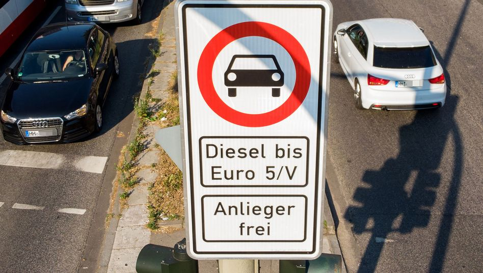 Diesel-Fahrverbot an der Hamburger Max-Brauer-Allee: Die Stadt muss womöglich an drei weiteren vielbefahrenen Straßen Fahrverbote erlassen.