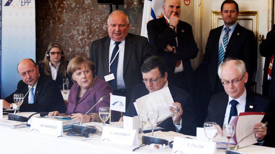 """Angela Merkel (neben Jose Manuel Barroso und Herman Van Rompuy) während des EU-Gipfels in Brüssel: """"Die EZB verschafft EU-Staaten Zeit für Reformen"""""""