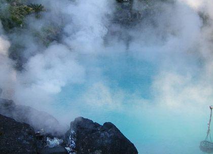 Heiße Schwefeldämpfe: Die Umi Jigoku (Meerhölle) in Beppu hat ihren Namen von ihrer kobaltblauen Farbe