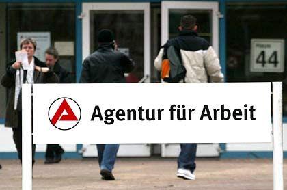 Filiale der Agentur für Arbeit: Wer ohne Job ausziehen will, braucht künftig eine Genehmigung