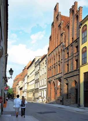 Bummeln durch die alten Gassen: Das Backsteingebäude rechts ist das Kopernikushaus aus dem 15. Jahrhundert, in dem der Astronom geboren sein soll