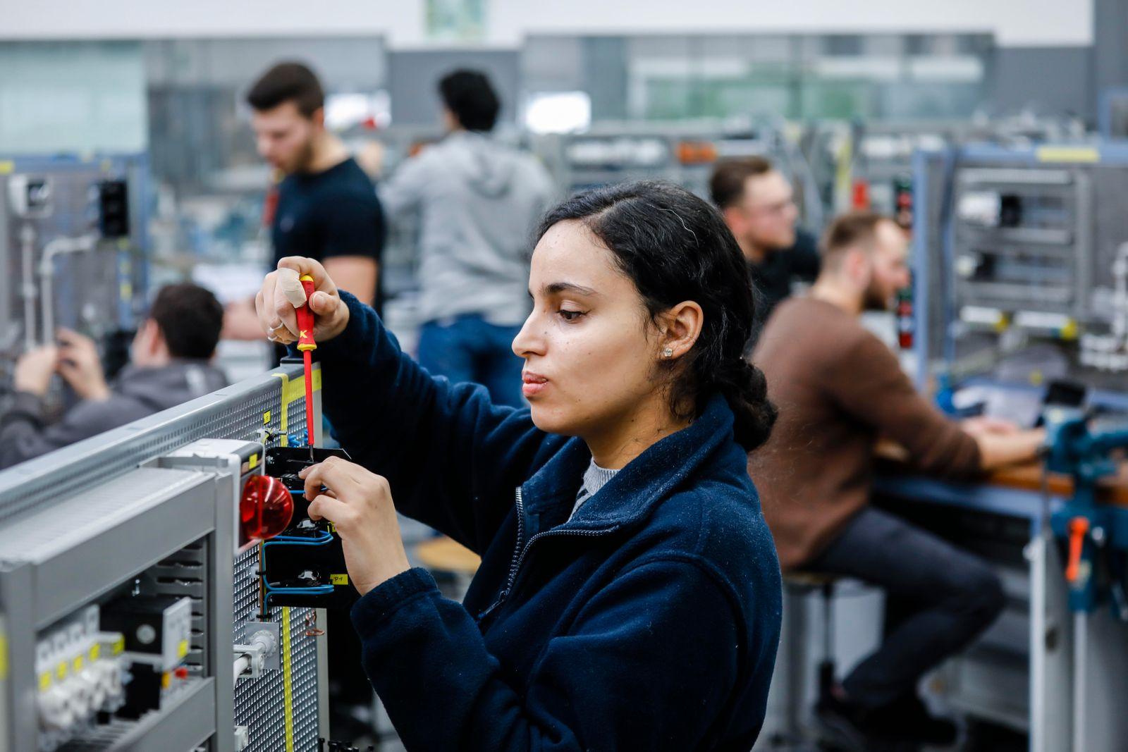 Auszubildende Frau in Elektroberufen, MINT-Berufe, Remscheid, Nordrhein-Westfalen, Deutschland
