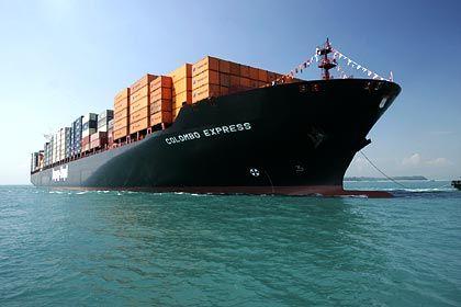 """Hapag-Lloyd besitzt eines der weltweit größten Containerschiffe: Die """"Colombo Express"""" mit 93.500 PS. Sie teilt sich die Superlativplatzierung unter den Containerschiffen mit drei Schiffen der """"Gudrun-Maersk""""-Klasse (Maersk Sealand, Dänemark) und der """"MS Pamela"""", die der Schweizer Reederei MSC gehört"""