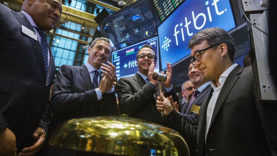Glocke statt Armband: Fitbit-Chef James Park (rechts) beim Börsenstart