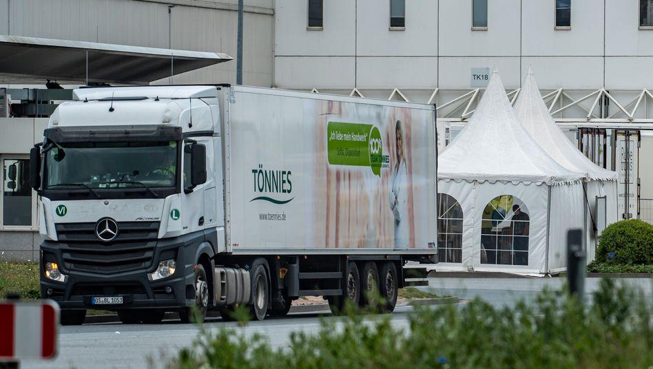 Lkw vor dem Tönnies-Werk in Rheda-Wiedenbrück: Die Mitarbeiter starten heute den Probelauf