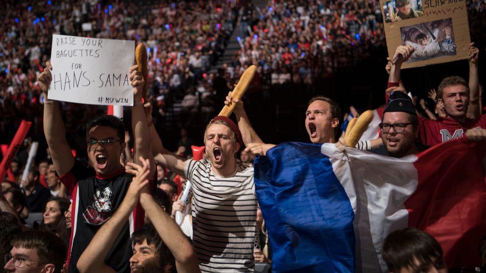 """Geht ab: Frankreich-Fans in einer Arena in Paris beim Finale des Video-Spiels """"League of Legends""""."""