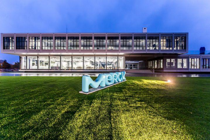 Merck Innovationszentrum in Darmstadt: Die Aktie des Dax-Konzerns hat binnen Jahresfrist mehr als 20 Prozent an Wert verloren
