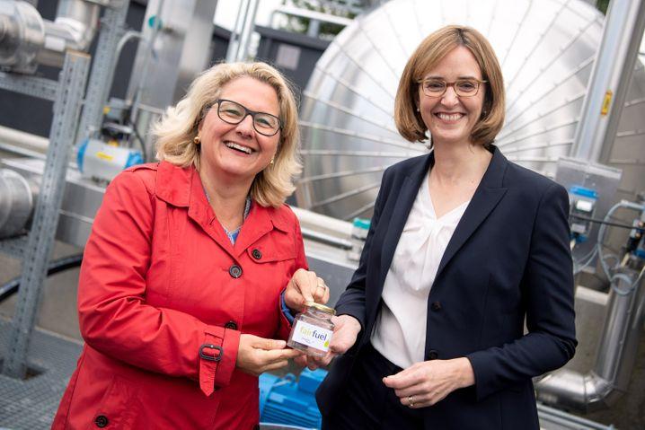 Kleiner Anfang: Bundesumweltministerin Svenja Schulze (l.) und Lufthansa-Cargo-Chefin Dorothea von Boxberg mit einem Fläschchen E-Kerosin