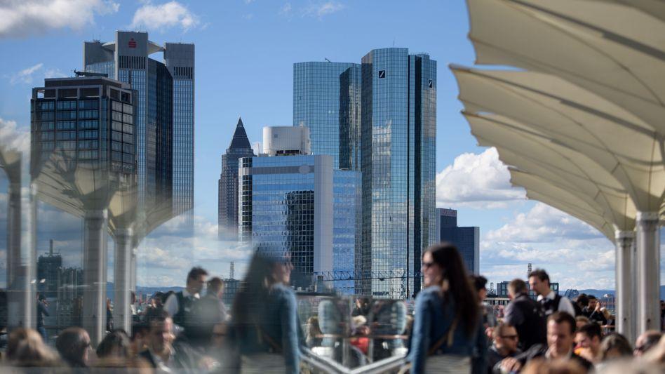 Banken in Frankfurt: Steigende Zinsen wirken sich positiv auf die Margen der Geldhäuser aus