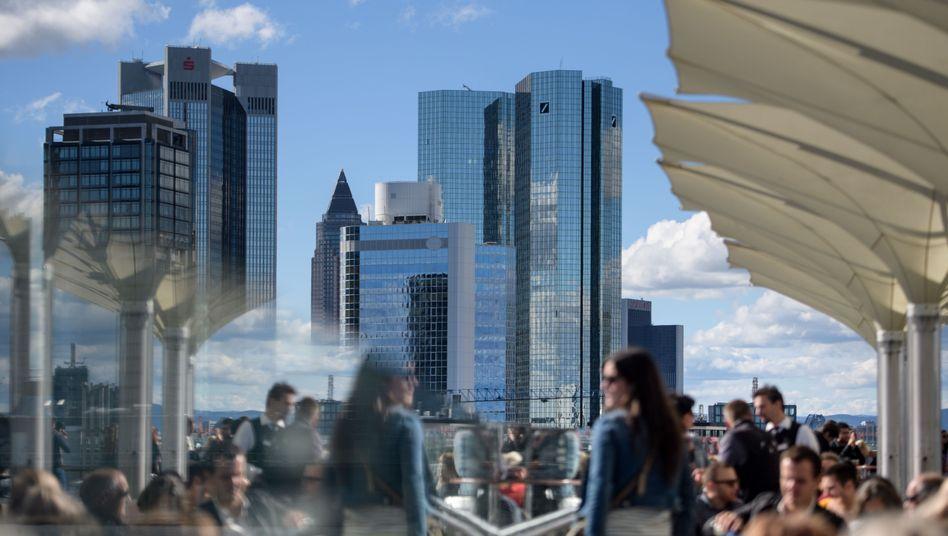"""Bankenviertel in Frankfurt: """"Die ab 2018 greifende Berichtspflicht zur Offenlegung nicht finanzieller Informationen wird Banken dazu verpflichten, sich mit den eigenen Strategien im Umgang mit Nachhaltigkeit zu befassen"""""""