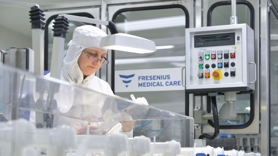 Eine Mitarbeiterin von Fresenius Medical Care prüft Dialysatoren