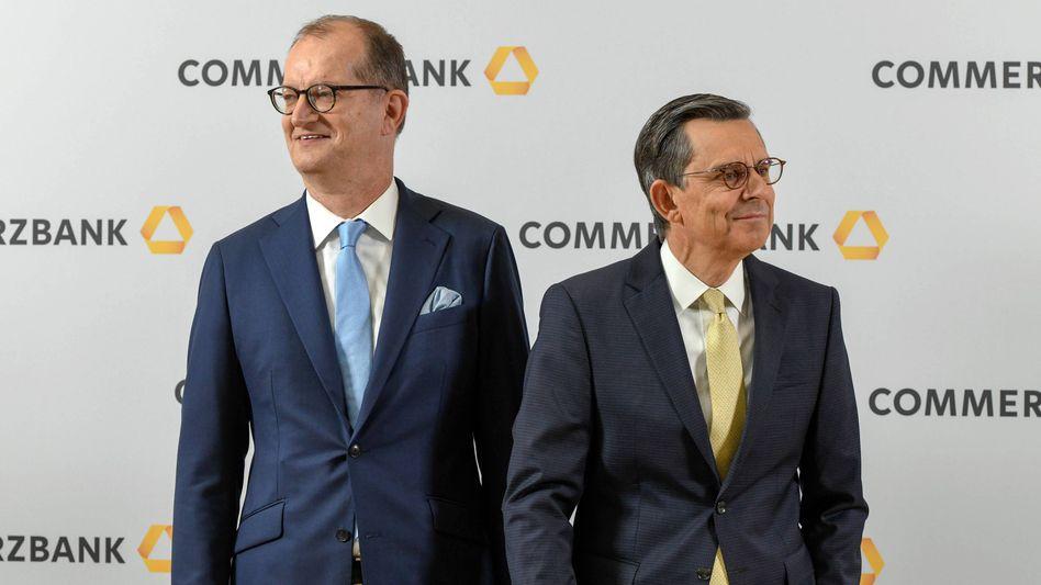 Commerzbank-Chef Martin Zielke (li) und Chefaufseher Stefan Schmittmann wiesen Forderungen ihres Großaktionärs Cerberus nach mehr Einfluss im Aufsichtsrat zurück. Jetzt legt der unbequeme Investor mit einem zweiten Brief nach