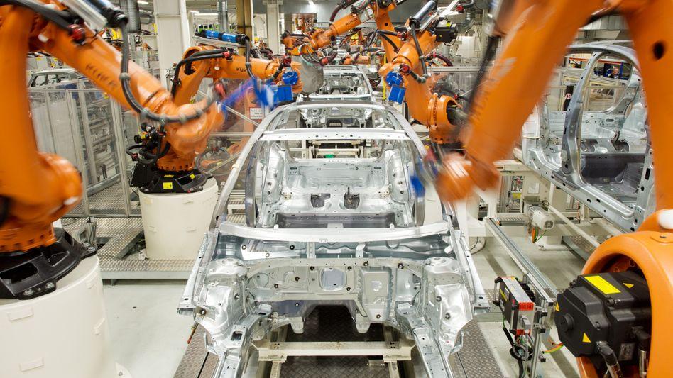 """Kuka-Roboter (im Einsatz im VW-Werk in Wolfsburg): """"Know-How-Träger für die Modernisierung der deutschen Wirtschaft"""""""