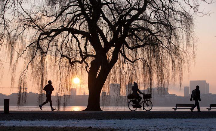 Am See entlang läuft es gleich besser - wie hier an der Außenalster in Hamburg