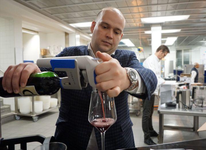 Auch Wochen später noch feiner Wein: Chefsommelier Junker beim Einschenken mit dem Coravin Model One