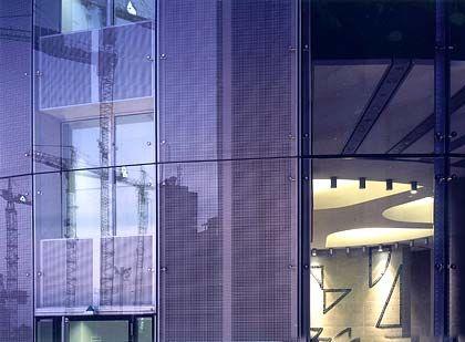 """RWE-Fazit von Hadi Teherani: """"Ein innovativer, städtebaulich und im Detail gut gemachter Turm mit Hubschrauberlandeplatz, in dem auch die energetischen Anliegen des Bauherrn eine Rolle spielen. So gelassen und themenorientiert wie hier treten die Hochhäuser in Frankfurt selten auf. Leider wird der Unterschied zwischen einem Stück Bauwerk und einem Stück Architektur von Banken und Investoren selten genug gewürdigt."""""""