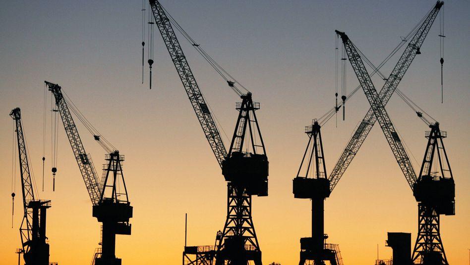 Kräne im Hamburger Hafen: Deutschlands exportlastige Wirtschaft wird sehr wahrscheinlich enorm unter den Folgen der Corona-Krise leiden