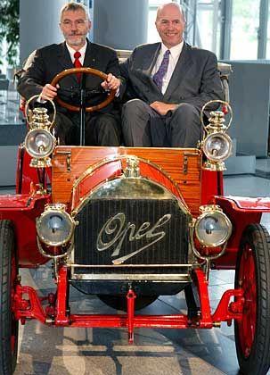 Auf Sanierungstour: Opel-Chef Hans H. Demant und sein Vorgänger Carl-Peter Forster, heute Vizechef der GM-Europa-Zentrale, auf einem Opel-Oldtimer