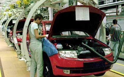 Gnadenlos günstig: Im tschechischen Mlada Boleslaw lässt VW den Skoda produzieren. Mit einem durchschnittlichen Stundenlohn von 2,55 Euro im Vorjahr jagte Tschechien den europäischen Konkurrenten Arbeitsplätze ab: Da lediglich 2,04 Euro Zusatzkosten pro Stunde hinzu kamen, waren die Gesamtkosten in Westdeutschland rund sechsmal so hoch