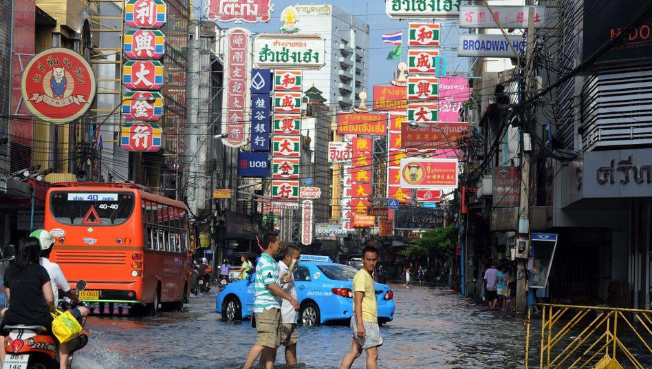 Überflutete Straße in Bangkoks chinesischem Viertel: Am Samstag könnte es noch schlimmer kommen
