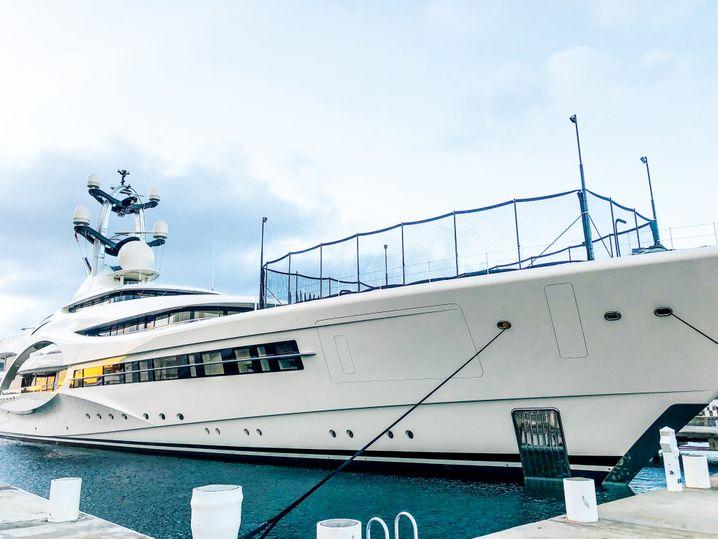 Die Yacht mit dem Kunstrasenplatz: Anna