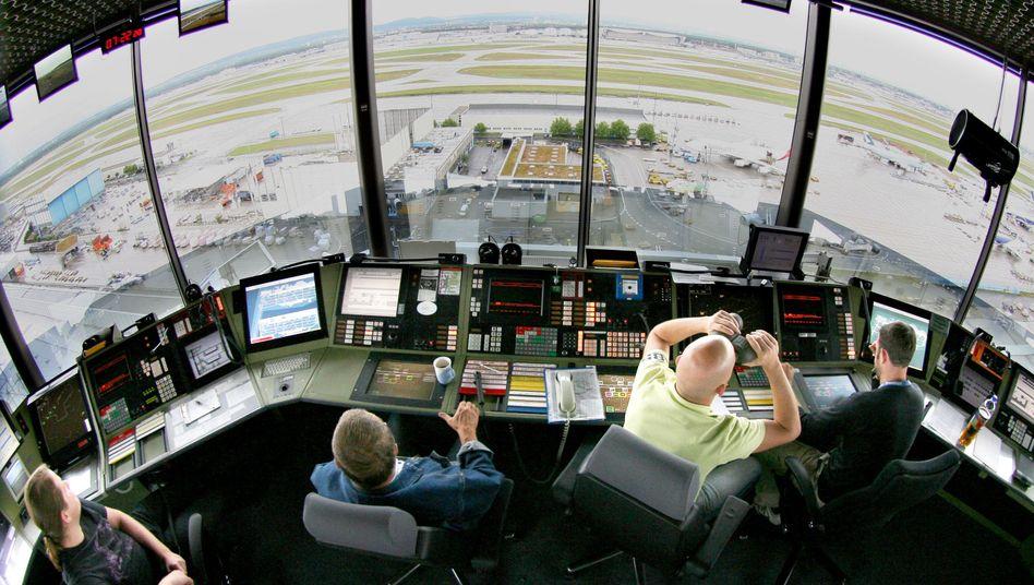 Schlüsselfunktion: Fluglotsen sind ähnlich hochbezahlt wie Piloten. Streiken sie, geht auf deutschen Flughäfen nichts mehr