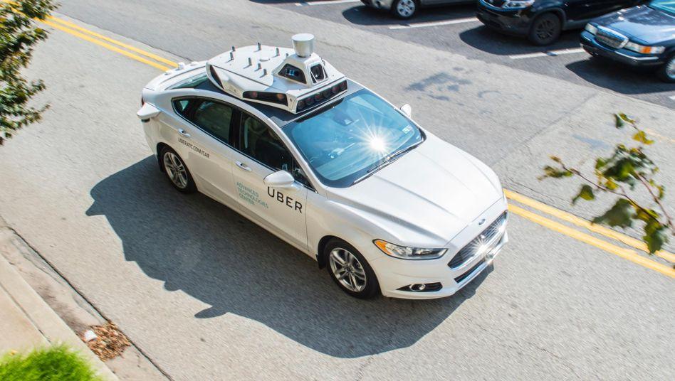 Selbstfahrendes Auto von Uber. Die Radartechnik auf dem Dach könnte von ....